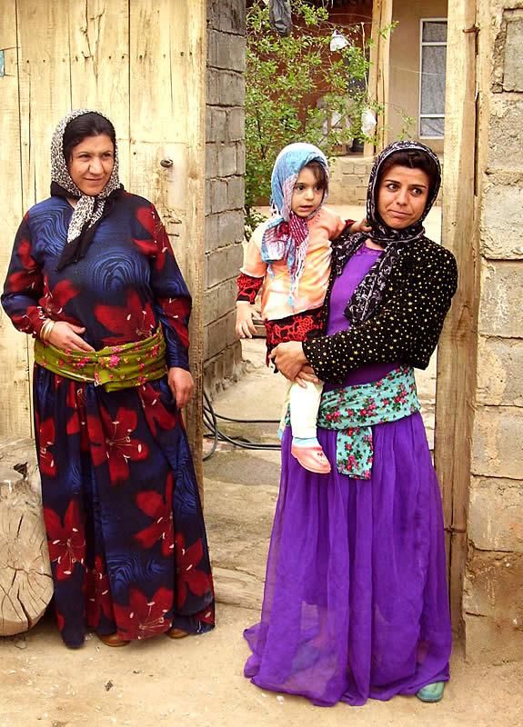 Фото: курдские девушки красивые и Модели в покрых футболках.